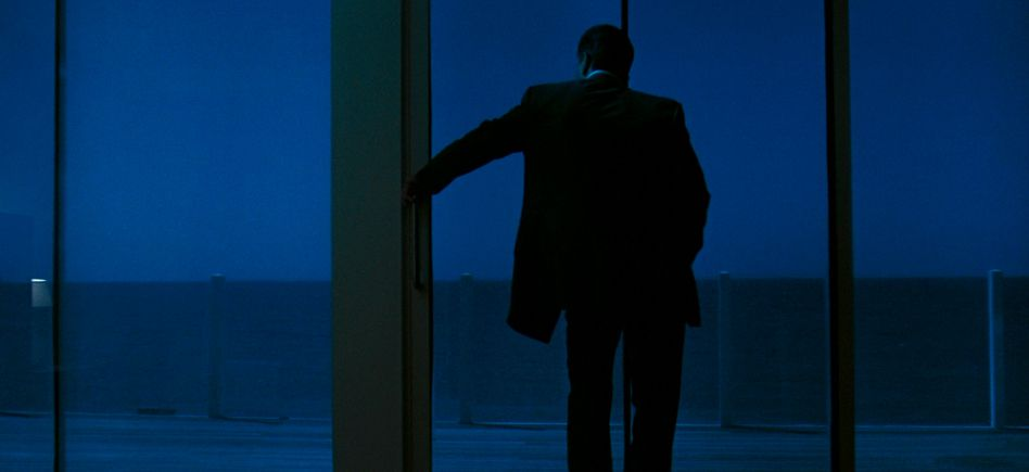 Robert De Niro as career criminal Neil McCaulley standing watching the waves against the shore from his empty apartment.