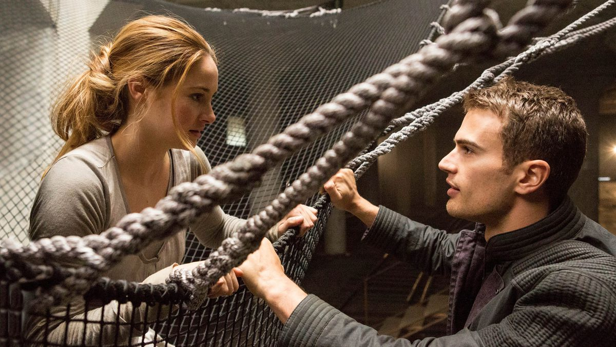 Shailene Woodley and Theo James face each other over a rope and a net in Divergent