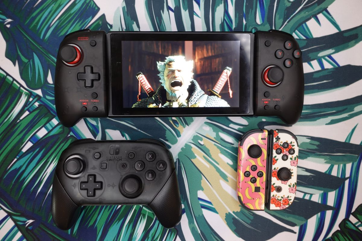 A Split Pad Pro next to two Joy-Cons and a Pro Controller