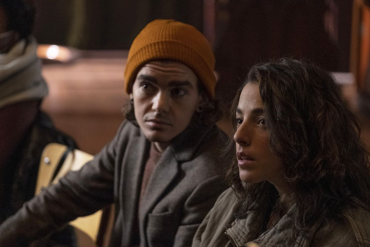 Elliot Fletcher as Sam and Olivia Thirlby as Hero, sitting on a couch together in Y: The Last Man